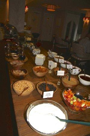 Hotel Amira Istanbul: Huge breakfast selection