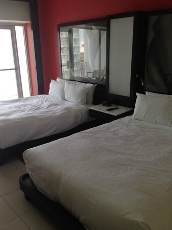 The Condado Plaza Hilton: Double beds, wall-to-wall windows
