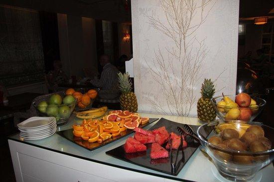 Hotel Amira Istanbul: Variety of fruits at breakfast