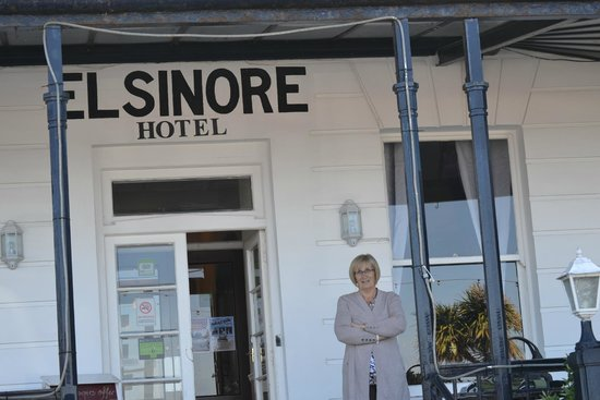 Elsinore Hotel : The frpont door to hotel with patio area. Across the road is the uninterrupted view of Llandudno
