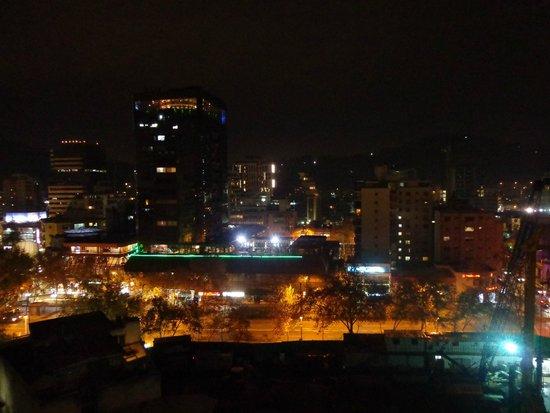 Costa Suecia Departamentos Amoblados: Vista noturna da varanda do apartamento