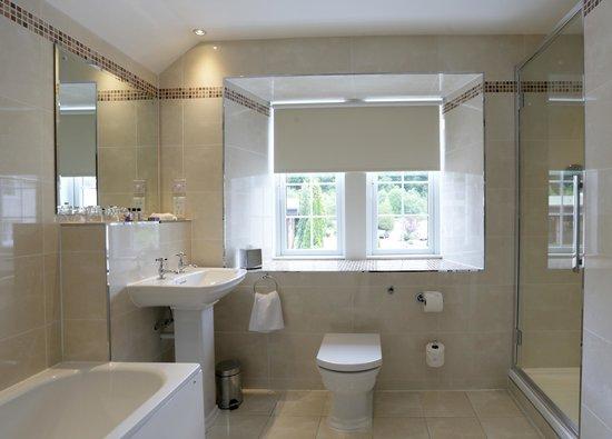 Macdonald Forest Hills Hotel & Spa: Suite Bathroom