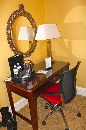 The Inn at Union Square: Desk