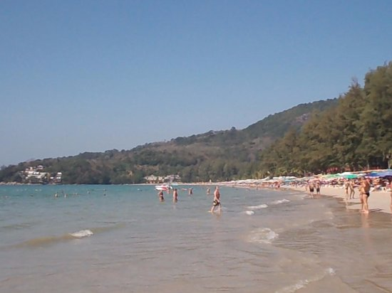 Sunprime Kamala Beach: La plage à droite de l'hôtel