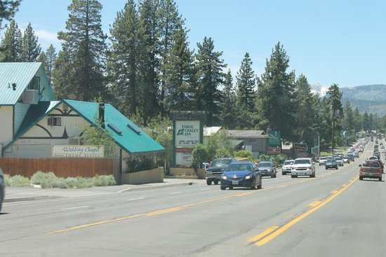 Tahoe Chalet Inn: The view of the sign from farther up the road