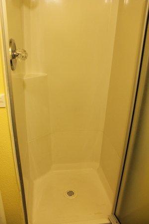 Tahoe Chalet Inn: The shower