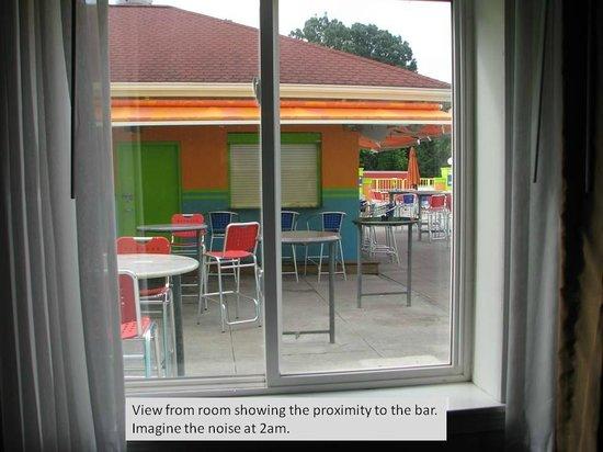 Comfort Inn Sandusky: Imagine the noise from a bar right outside your room