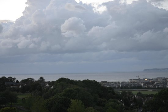 Hôtel Barrière L'Hôtel du Golf Deauville : View of the clouds coming to you.