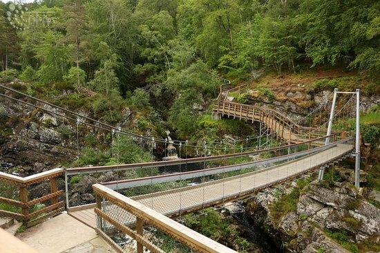 Rogie Falls : Hängebrücke über den Fluss