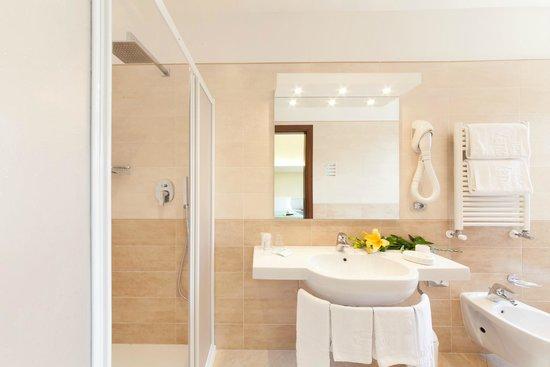 Vena d'Oro Hotel Terme : bagno della camera doppia con o senza balcone