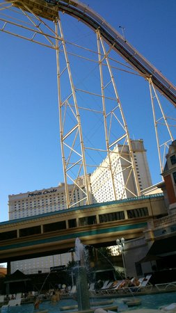 New York - New York Hotel and Casino: Depuis la piscine
