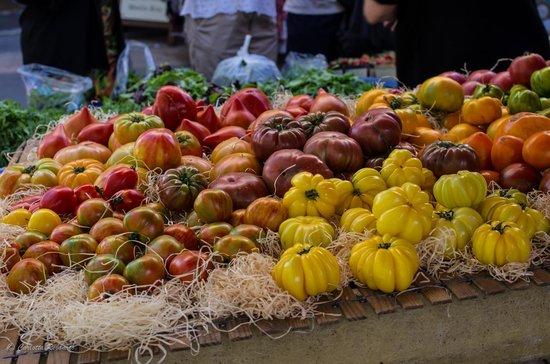 Marche du Samedi Matin : tomatoes in the market