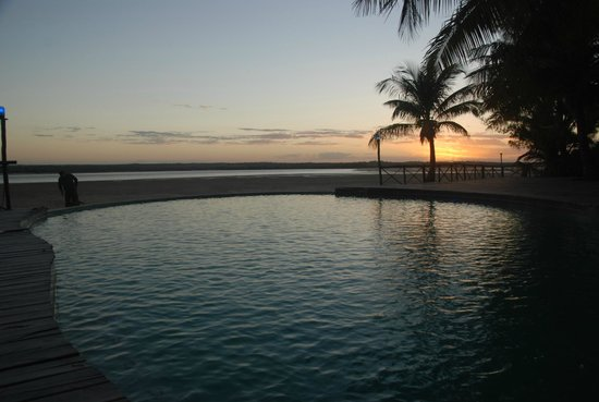 Pomene Lodge: pool at sunset