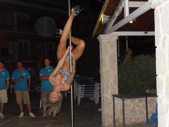 Kavos Plaza: Pole Dancer BBQ night