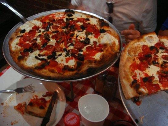 Grimaldi's Pizzeria: Pizzas (1 large, 1 medium)