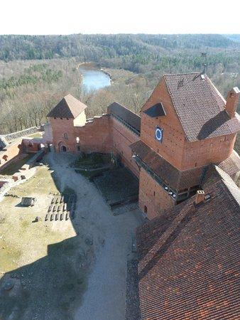 Turaida Castle : вид на Замок со смотровой
