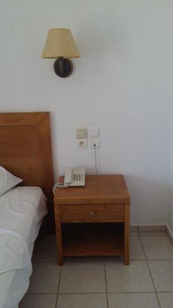 Elounda Ilion Hotel: Lit+tache noire sur le mur