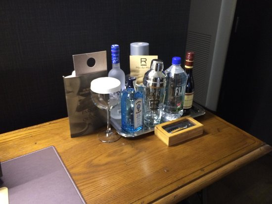 Refinery Hotel: Mini bar