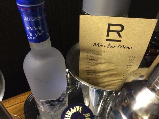 Refinery Hotel: Closeup of mini bar