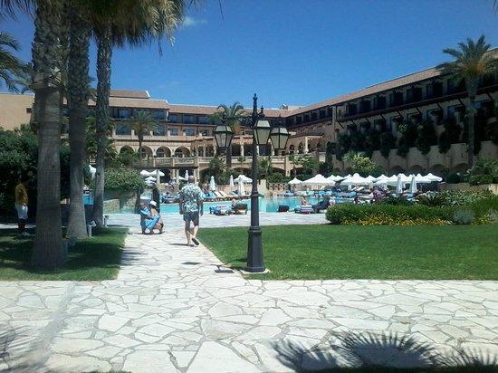 Elysium Hotel: територия перед пляжем