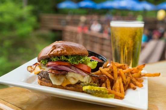 Ravina Bay Bar & Grill: The best 1/2 lb burgers!!