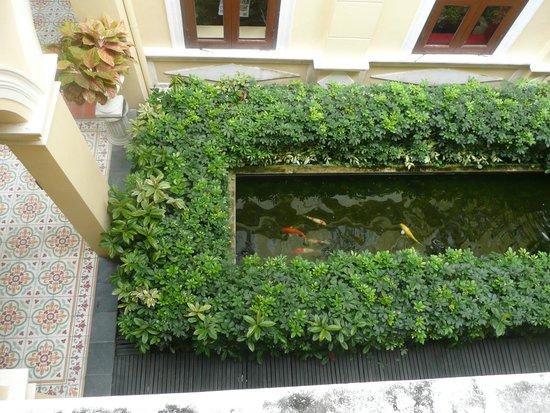 Praya Palazzo: petit jardin intérieur - vue du couloir menant à la chambre