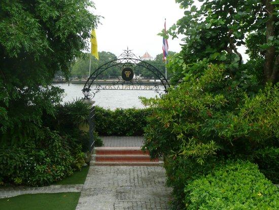 Praya Palazzo: vue du jardin sur la rivière Chao Praya et sur l'autre rive