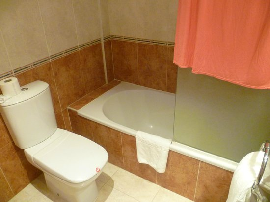 Sol Costa Daurada: Bath and toilet