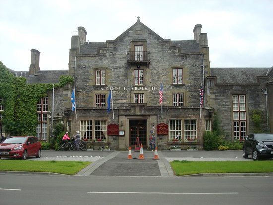 Atholl Arms Hotel: Front of the hotel