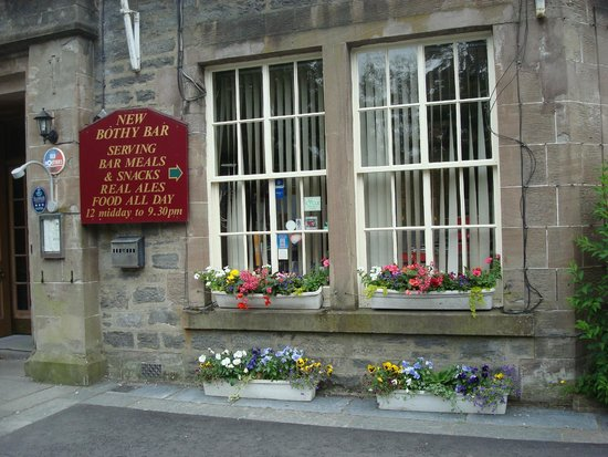 Atholl Arms Hotel: Lovely bay window to dining room