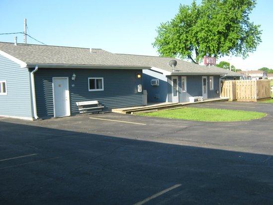 Pleasant Acres Motel: Backside of motel