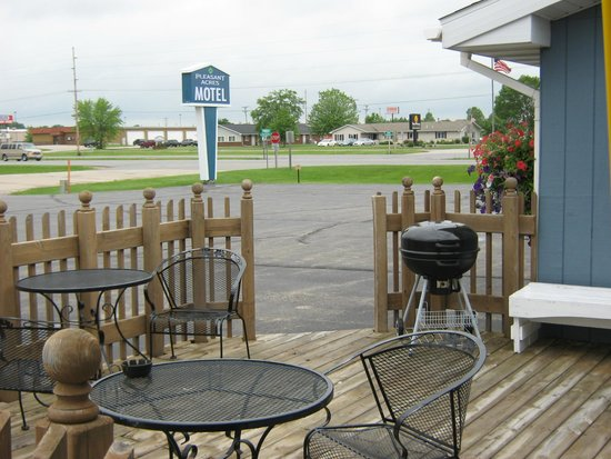 Pleasant Acres Motel: Patio area with grill