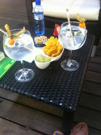 H10 Itaca Hotel : Gin and Tonics that came with some snacks