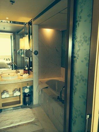 JW Marriott Hotel Beijing: Well-appointed bathroom