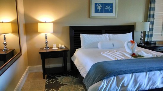 Sandals Emerald Bay Golf, Tennis and Spa Resort : Large clean bedroom with tropical accommodations