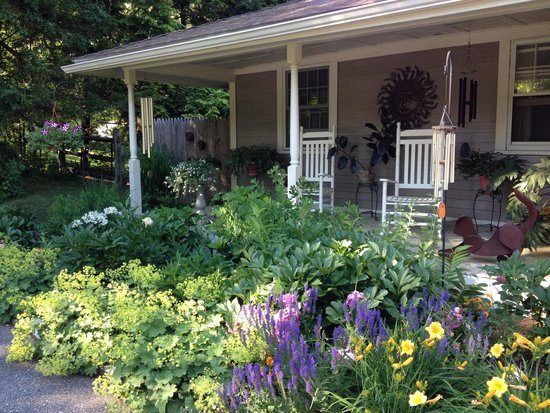142 Wells Hill B&B: Front porch, with rocking chairs and garden.
