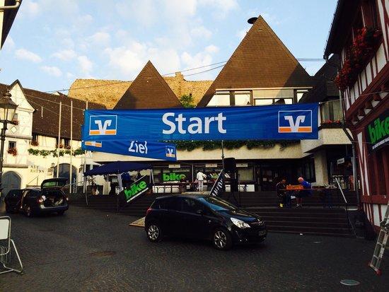 Hotel Roter Ochse: Partenza per la gara. L'hotel dista 50 metri e si possono tenere le bici in camera.