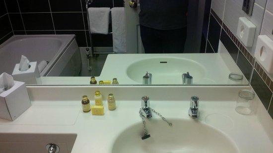 Hallmark Hotel Derby Midland : Bathroom 1