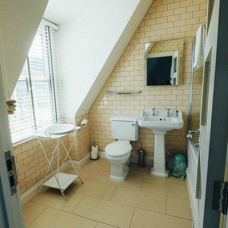 Lulworth Cove Inn : The bathroom
