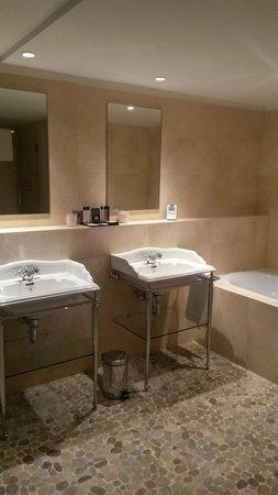 Hotel Cour du Corbeau Strasbourg - MGallery Collection: Huge Bathroom