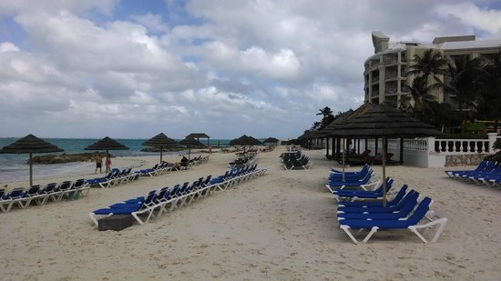 Sandals Royal Bahamian Spa Resort & Offshore Island: Small beach but protected in a bit of a bay