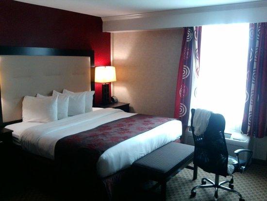 Hotel Zero Degrees: king bed