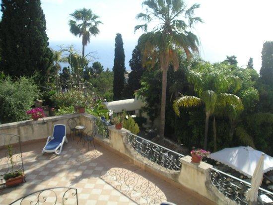 Parc Hotel Ariston & Palazzo Santa Caterina: Blick in den wundervollen Garten mit Blick aufs Meer