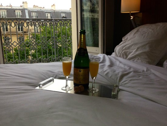 Hotel le Tourville: Mimosas in the room