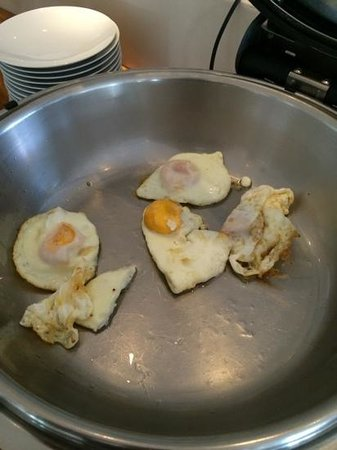 Destino Pacha Ibiza Resort : these eggs had been there for ages, when asked for fresh cooked, they did not