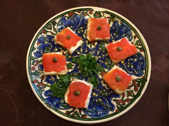 BnbLausanne.ch : Salmon lox on bread.