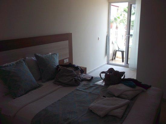 Montebello Delux Hotel: Bed and door to balcony