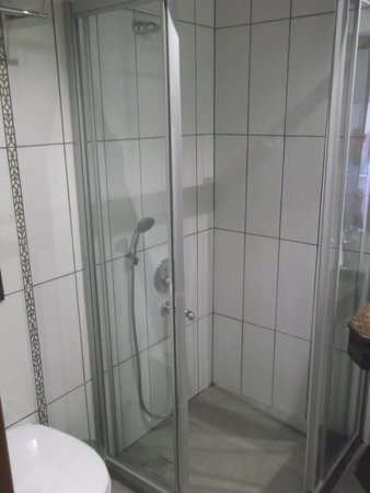 Montebello Deluxe Hotel: Shower in bathroom
