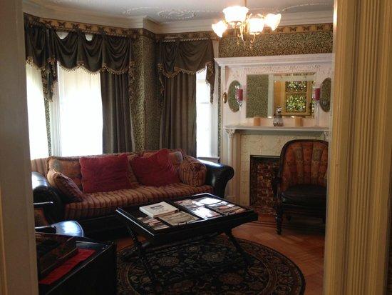 Newport Blues Inn: Blue Jewel living room