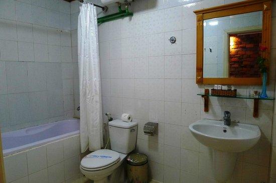 Hanoi Royal Palace Hotel 2: spacious bathroom